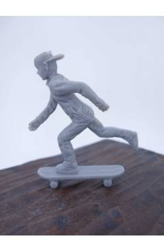 Muestra 1 de THE ORIGINAL AJ'S TOY BOARDERS. SKATE SERIES 1. 1. PUSHING 2011. SKATEBOARD MONOPATIN (No Acreditado) Alfa
